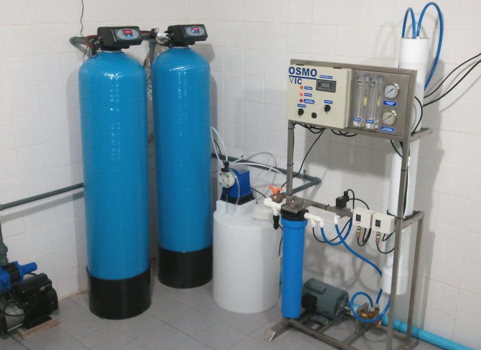 df4e693d93cd3 Por ejemplo, la presencia de microbios ó hierro en el agua de entrada  requerirá tratamiento con luz ultravioleta y filtros de hierro  especializados, ...